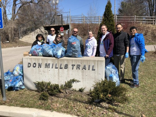 smartprint group photo at leaside spur trail for corporate 20 minute makeover
